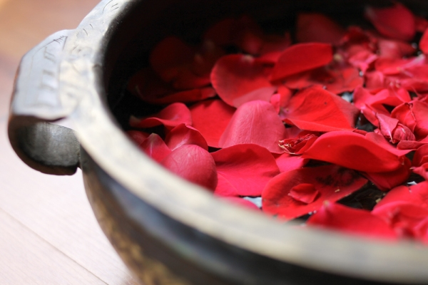 Urli & rose petals